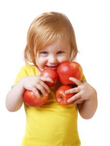 Przedszkolak - dziewczynka z jabłkami