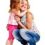 Szczęśliwa dziewczynka tuli panią opiekunkę