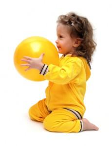 Przedszkolak - dziewczynka z piłką